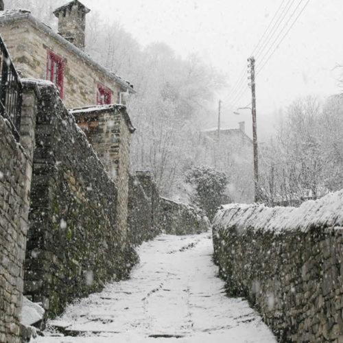 Χιονισμένο καλντερίμι στα Ζαγοροχώρια. Δίλοφο, Ζαγόρι, Ιωάννινα